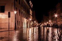 Stads gamla gata i natten Royaltyfri Bild
