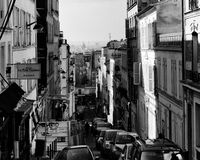 Stads- gata i den Montmartre grannskapen Arkivbild