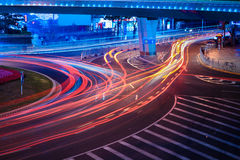 Stads- gata med ljusa slingor royaltyfri bild