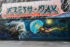 Stads- gata som intresserar grafittikonst arkivbild
