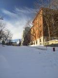 Stads- gata som täckas av insnöade Montreal Royaltyfri Bild