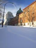 Stads- gata som täckas av insnöade Montreal Arkivfoto
