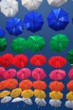 Stads- gatagarnering för färgglade paraplyer Arkivbild