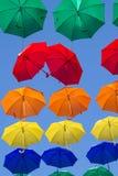 Stads- gatagarnering för färgglade paraplyer Arkivbilder