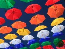 Stads- gatagarnering för färgglade paraplyer Royaltyfri Bild