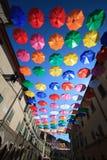 Stads- gatagarnering för färgglade paraplyer Royaltyfri Foto