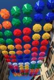 Stads- gatagarnering för färgglade paraplyer Royaltyfri Fotografi