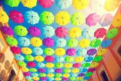 Stads- gatagarnering för färgrika paraplyer Royaltyfria Bilder