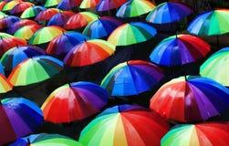 Stads- gatagarnering för färgrika paraplyer Sikt av paraplyer fr Fotografering för Bildbyråer
