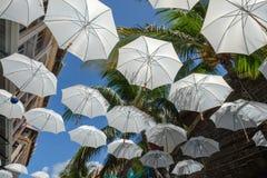 Stads- gatagarnering för vita paraplyer arkivbilder