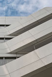 Stads- geometri som ser vit metall, cladded upp till byggnad funktionsläge Fotografering för Bildbyråer
