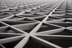 Stads- geometri, svartvit modern arkitektur Stor metallkonstruktion fotografering för bildbyråer