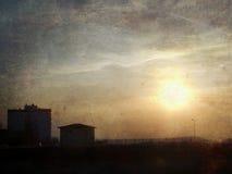stads- grungebildsolnedgång arkivfoton