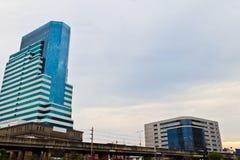Stads- höghus i aftonen. Arkivbild