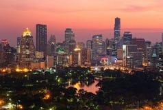Stads- horisont av den Bangkok staden på solnedgången, med det berömda gränsmärkeMahanakhon tornet under moderna höga löneförhöjn Fotografering för Bildbyråer