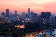 Stads- horisont av den Bangkok staden på solnedgången, med det berömda gränsmärkeMahanakhon tornet under moderna höga löneförhöjn Royaltyfri Fotografi