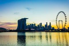 Stads- horisontsikt av skyskrapor på solnedgångtid, Singapore Arkivfoton
