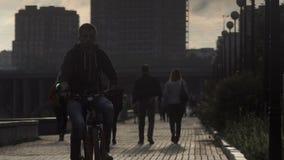 Stads- invånare av storstaden, folk som promenerar trottoaren lager videofilmer