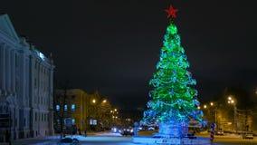 Stads- julgran på natten, Ryssland, Nizhny Novgorod Royaltyfria Foton