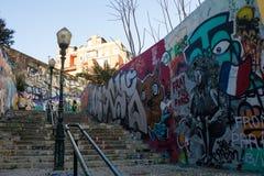 Stads- konst: Be för Paris 13/11, grafitti i Calçada (trottoar) gör Lavra, Lissabon, Portugal Royaltyfri Bild
