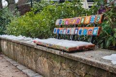 stads- konst på en bänk med ull Arkivfoton