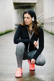 Stads- kvinna på rinnande genomkörare för kondition Arkivfoto