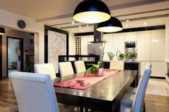 Stads- lägenhet - kök med den stora tabellen arkivfoto