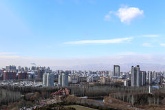 Stads- landskap av berg i bakgrunden med bra luft och den härliga naturen Arkivbild