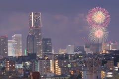 Stads- landskap av Yokohama Japan under fyrverkerier Arkivbilder