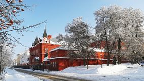 Stads- landskap för vinter på en solig dag som förbiser byggnaden av centralbanken av rysk federation royaltyfri bild