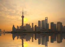 Stads- landskap för Shanghai bundgränsmärke på soluppgånghorisont Arkivfoton