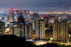 Stads- landskap i natt fotografering för bildbyråer