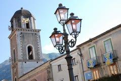 STADS- LANDSKAP I TEGGIANO, SÖDRA ITALIEN arkivfoton