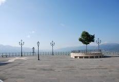 STADS- LANDSKAP I TEGGIANO, SÖDRA ITALIEN royaltyfri foto