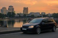 Stads- landskap med en bil Royaltyfri Bild