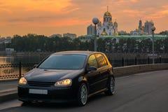 Stads- landskap med en bil Arkivfoto