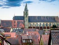 Stads- landskap med en kyrka av St Jakob i bakgrunden Royaltyfria Foton