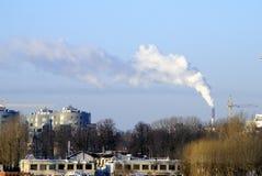 Stads- landskap med en pelare av rök från lampglaset Arkivbild