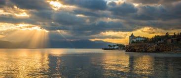 Stads- landskap med moln och reflexioner i Loutra Edipsou, Fotografering för Bildbyråer