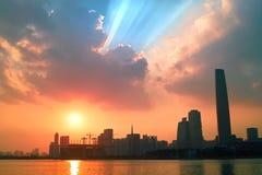 stads- liggandesolnedgång Royaltyfri Bild