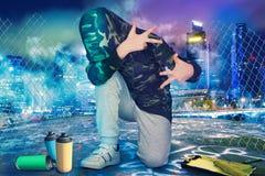 stads- livsstil Höft-flygtur utveckling Pojken i stilen av Hip Hop arkivbilder