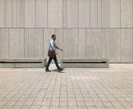 stads- livstid Folk som går i en storstad arkivfoto