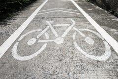 stads- målade symboler för cykel jordning långt Arkivbild