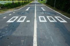 stads- målade symboler för cykel jordning långt Arkivfoto