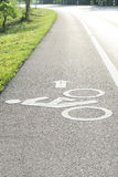 stads- målade symboler för cykel jordning långt royaltyfria bilder
