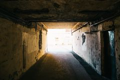 Stads- mörk tunnel eller korridor med ljust ljus slutligen arkivbild