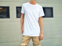 Stads- mall av kläder med den slanka grabben i en vit T-tröjane royaltyfri foto