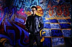 Stads- man framme av grafittiväggen. royaltyfria bilder