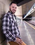 Stads- man som bär kontrollerat modellskjortaanseende och väntar på fotografering för bildbyråer