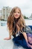 Stads- modestående av en tonårs- flicka i gatan på räcket på trappan arkivfoto